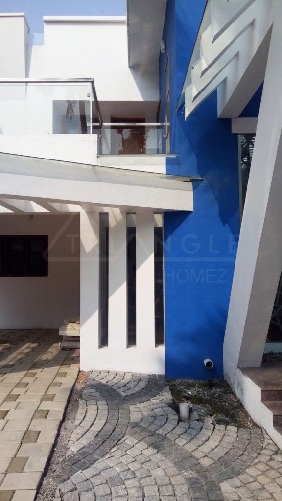 Vertical courtyard pergola
